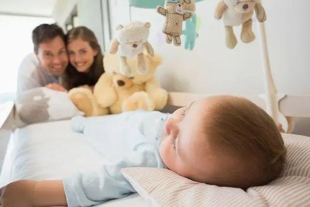 """""""都怪你,宝宝的作息习惯被搞乱了""""别冤枉宝爸,这是睡眠倒退期"""