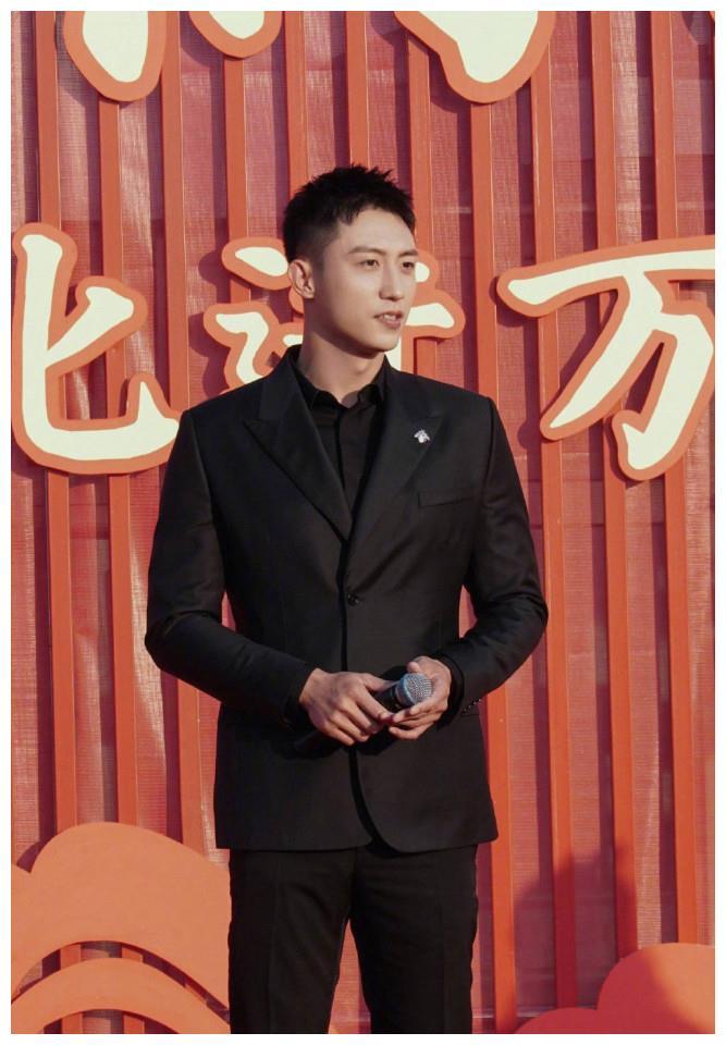 黄景瑜身着全黑西服套装出席活动,沉稳大气帅气有型