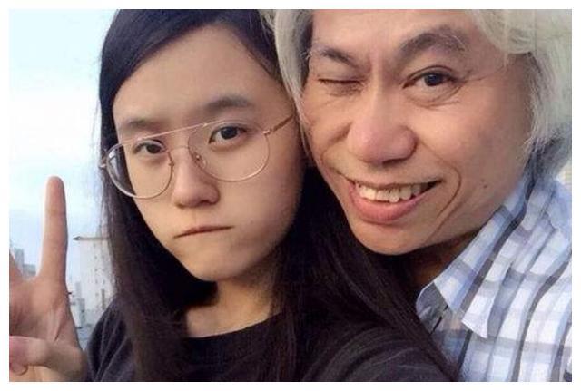 24岁林靖恩近况,64岁丈夫李坤城开始拄拐杖,已没有当初笑脸