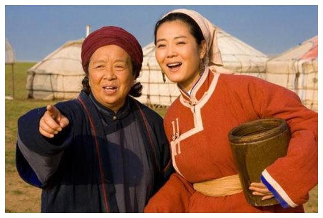 李明启:凭容嬷嬷爆火,买菜被小贩撵,没想到年轻时的她这么美?