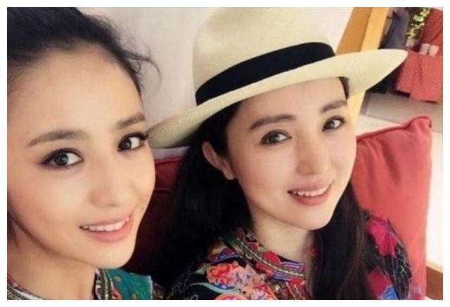 董璇佟丽娅闺蜜情深,姐妹花甜甜同框自拍,好似双胞胎难分辨