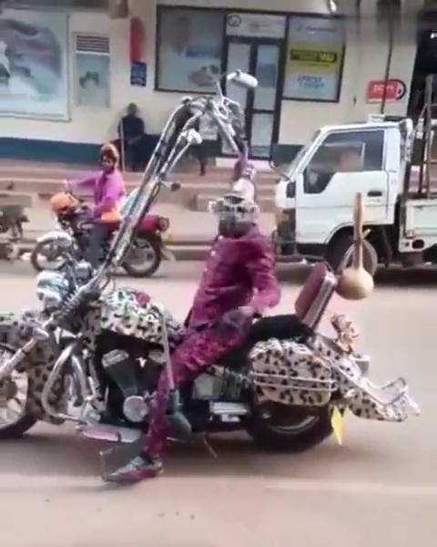 这个摩托比较费肩膀(视频来自网络)