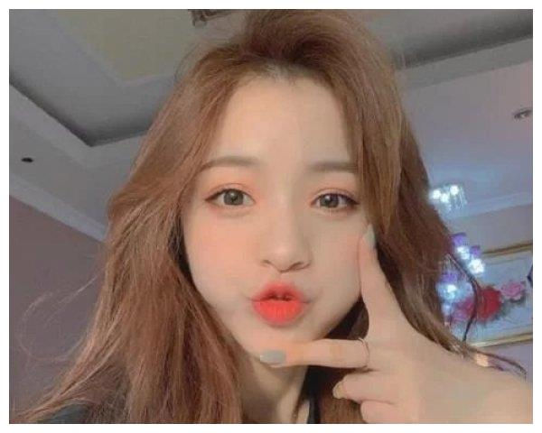 刘思瑶再次证明自己的颜值,发布18岁素颜照,真的不是方块脸