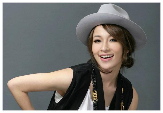 萧亚轩与小16岁男友上恋爱综艺,喝汤时手不停抖动,令网友担忧
