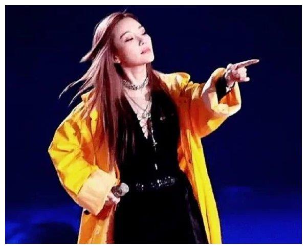 李小璐秀跳舞视频,看到她学舞的地方,是想参加女团出道吗