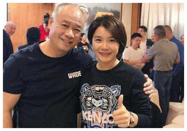 体操王子李宁携儿女亮相,21岁儿子目测1米75,14岁女儿长相甜美