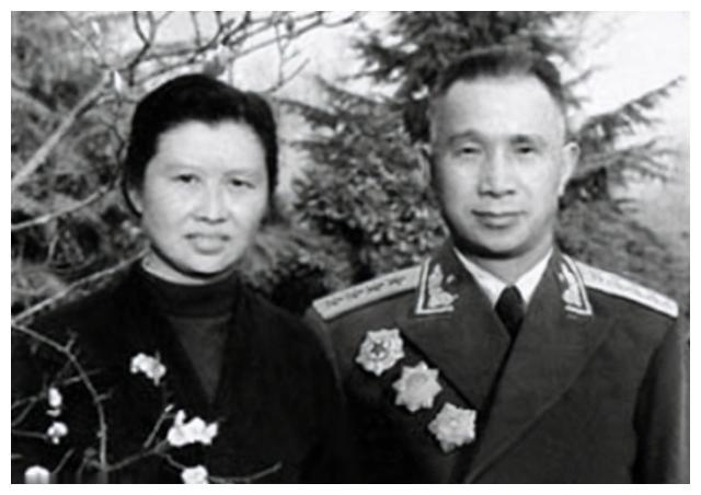 楚青:年少从军让粟裕一见钟情,苦追她三年,相濡以沫几十年