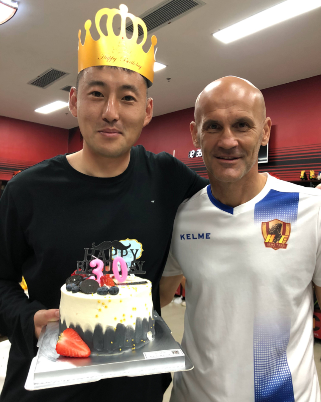 今天是贵州恒丰俱乐部门将张思鹏33岁生日,球队官方送上祝福