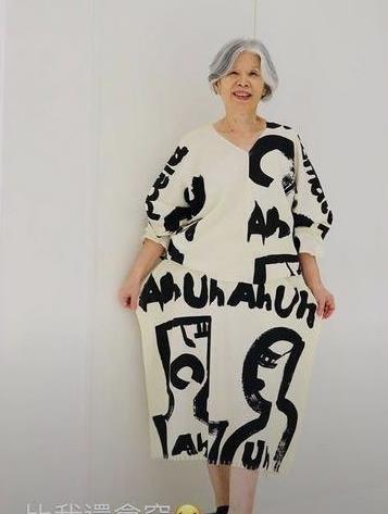 天王周杰伦老妈叶惠美,70岁依旧走在潮流前线,一头白发很敢穿