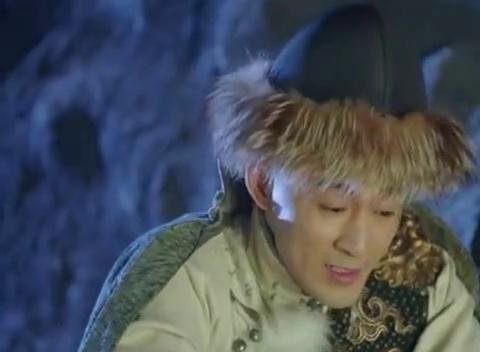 两人被困在山洞,皇太极男友力十足,将东哥裹进大衣取暖