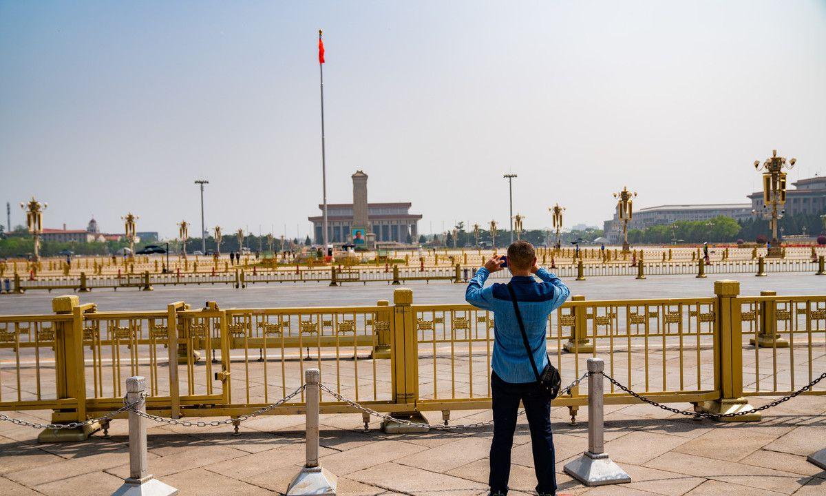 2020年4月29日,北京天气晴好,天安门广场上游客拍照留念。