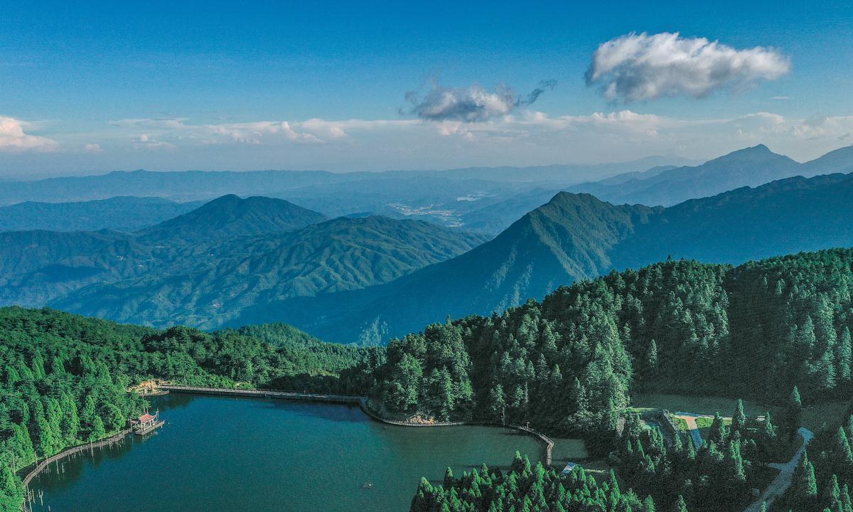 江西有一个神奇的高山湖泊,晴天美得像油画,雾天又像水墨画