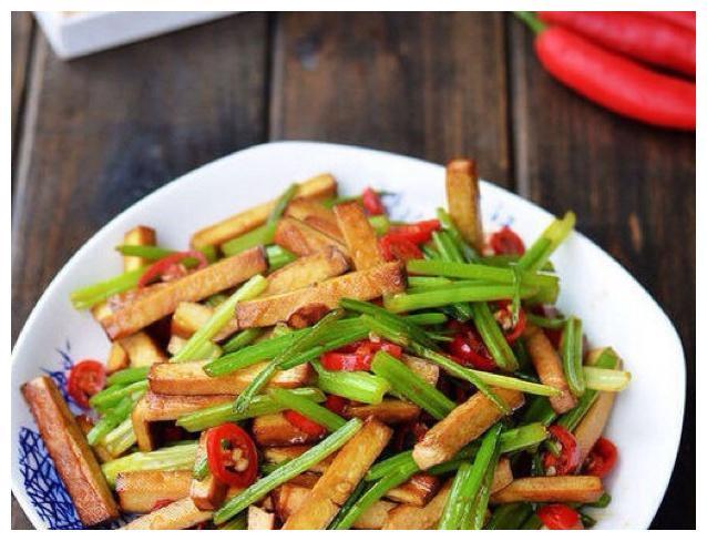 大厨家常美食:芹菜炒豆腐干,馄饨,尖椒熘肥肠的做法
