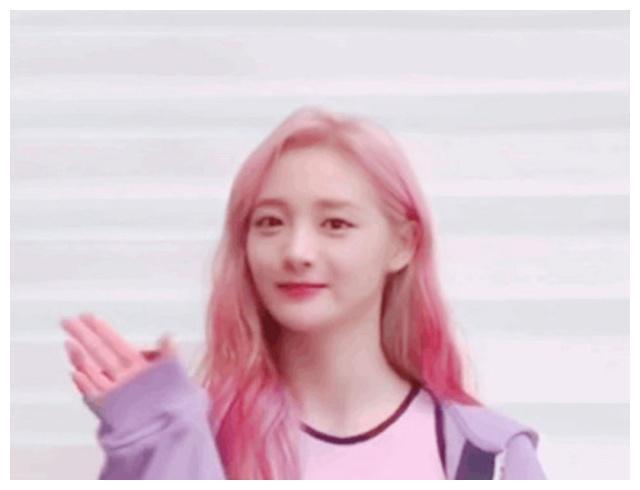 看到周洁琼粉色的头发,网友们多叫期待ioi回来