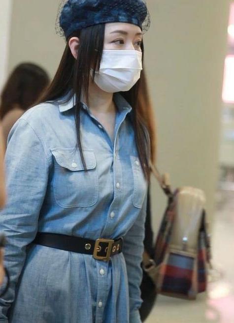 杨钰莹49岁状态真好,穿衬衫长裙配贝雷帽,优雅减龄还时髦