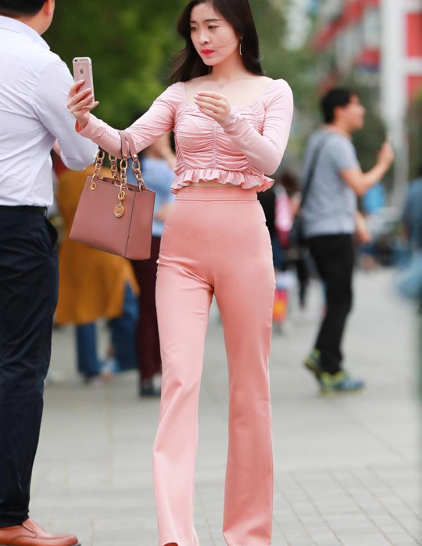街拍粉红色喇叭裤穿搭,休闲随意又不失美感,轻松穿出新感觉