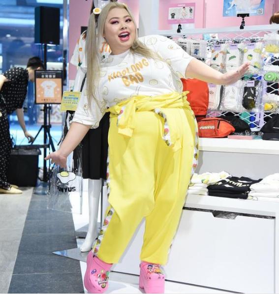 渡边直美200斤也时尚,T恤配黄裤甜美可爱,自信女孩果然很美