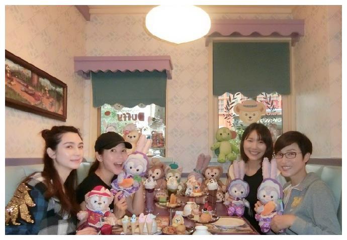 蔡少芬与洪欣陈法蓉等游迪士尼 头靠张镐濂肩上似少女