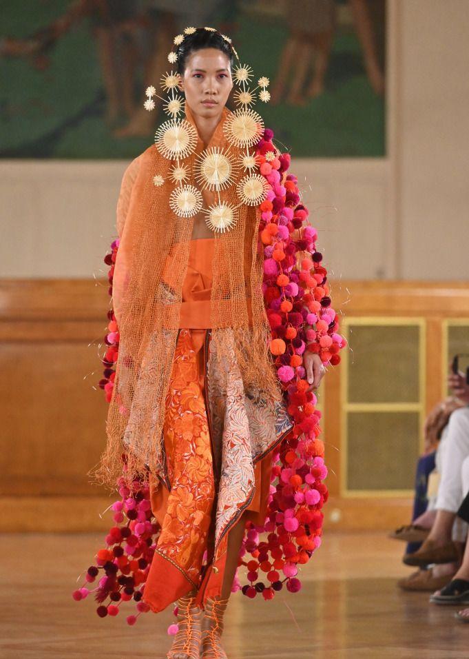巴黎时装周,向日葵头饰更吸睛