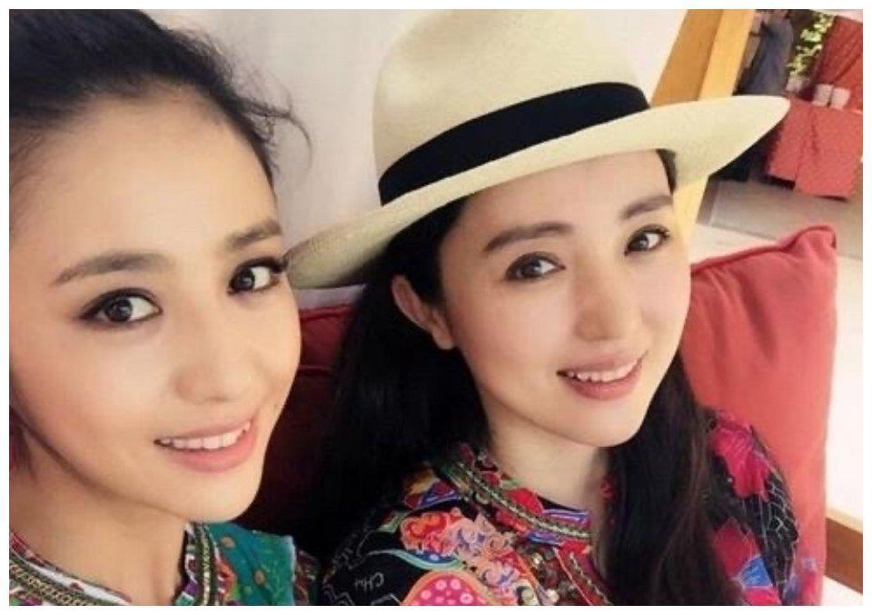 董璇佟丽娅闺蜜情深,甜甜自拍同框,姐妹花好似双胞胎难分辨