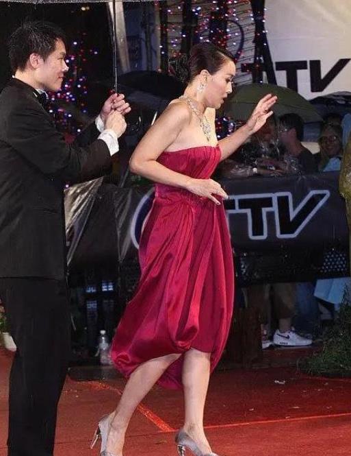 那英身材管理令人佩服!穿缎面裙高级又性感,身材曲线让人羡慕