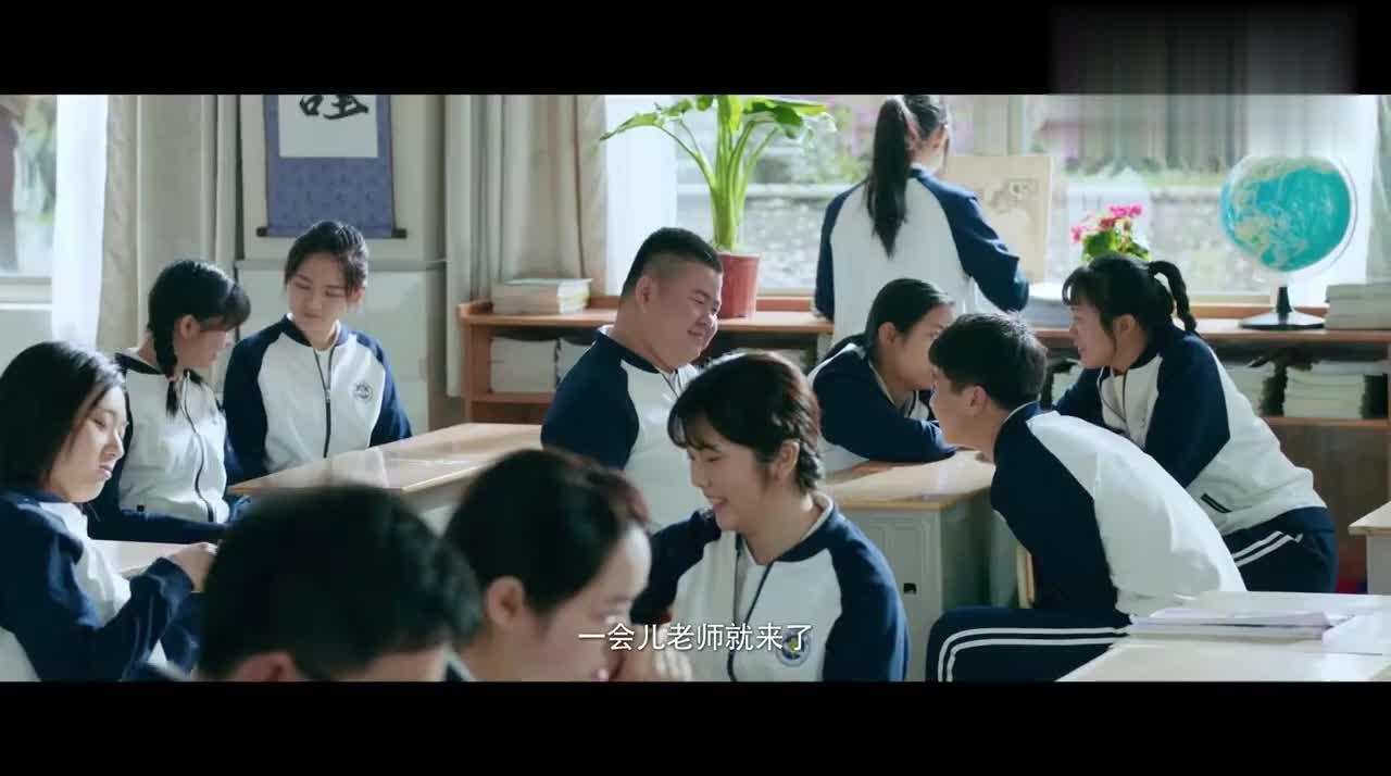 林静晓想和陈小希坐一起,帮她占座位,谁知陈小希见江辰就忘静静