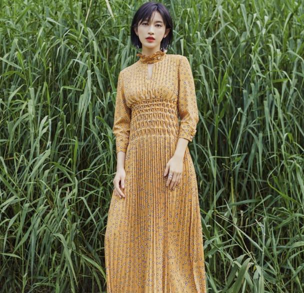 张俪解锁早秋新时尚,一身印花裙秀女人味,气质一般人比不了