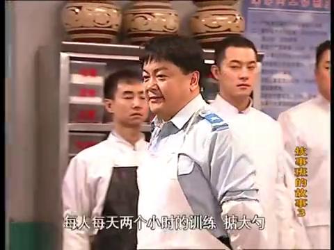 炊事班的故事:二人觉得颠大勺没难度,自己动手时,菜叶满天飞