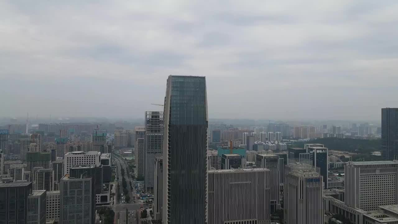 大疆御air2无人机航拍济南经十路的高楼大厦,看看环绕效果怎么样