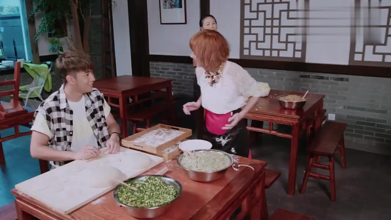 富家女正在包饺子,四季一回来说出的话,让她瞬间慌了