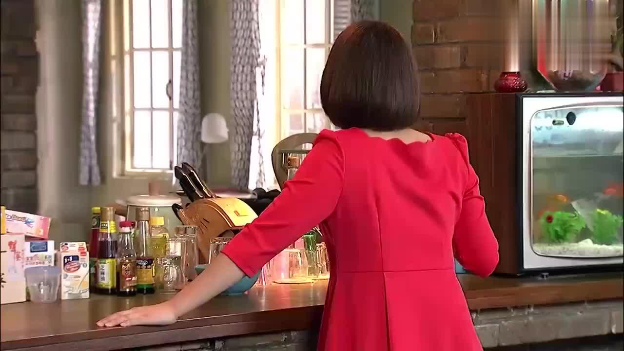 强子看见关辛喝可乐,把可乐拿走了,谁知她又吃可乐泡过的苹果