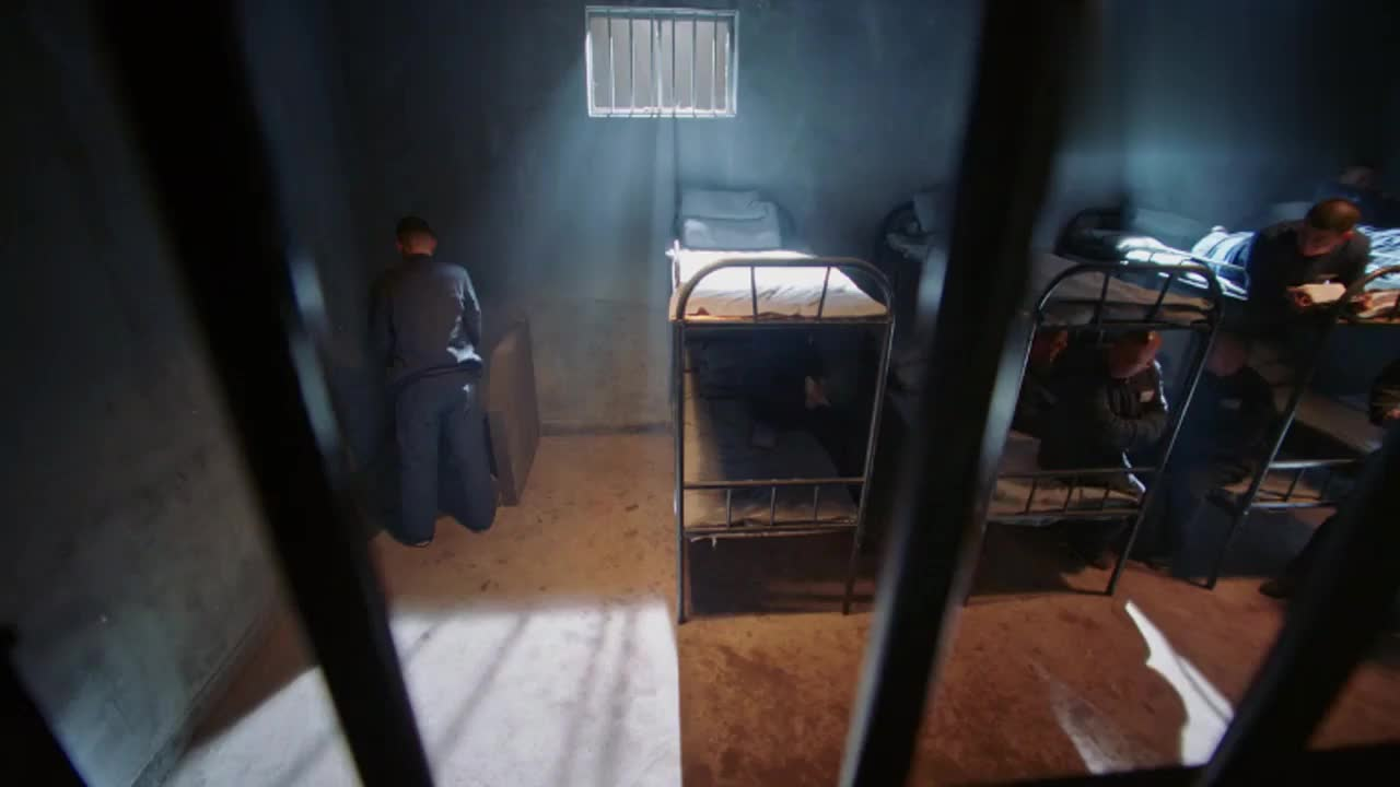 小伙监狱被恶霸欺负,自导自演一出好戏,将恶霸坑惨了
