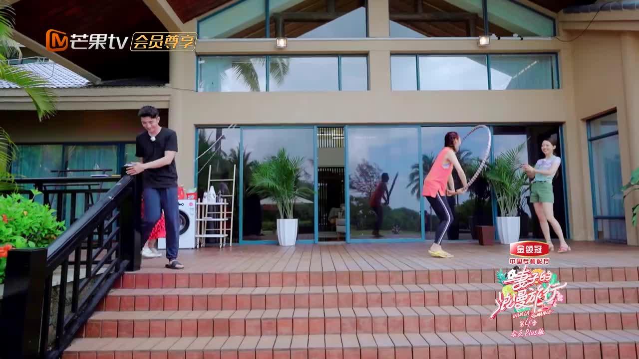 蔡少芬胡可玩双人花式跳绳,吉娜惊得合不拢嘴:俩老娘们真会玩!