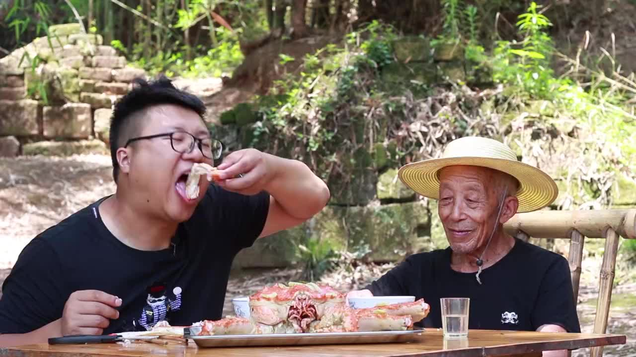 粉丝送了一只1388帝王蟹,味道肥美鲜甜,大螃蟹吃起来是真过瘾