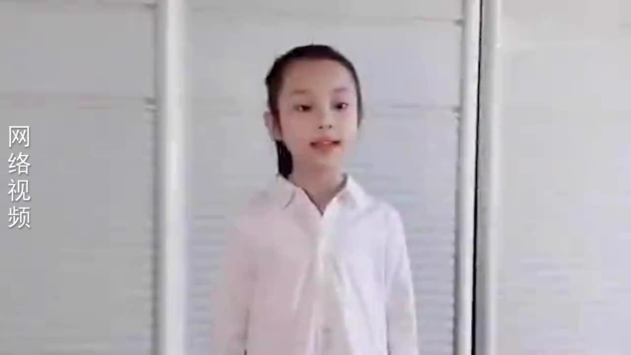 甜馨唱歌有多棒?优雅登台领唱《虫儿飞》,李小璐太会培养女儿了