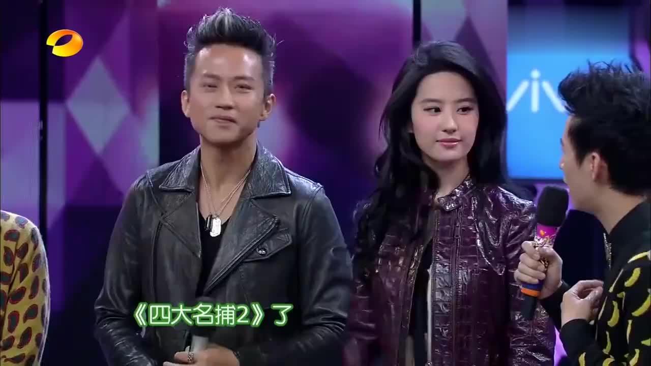 刘亦菲模仿邓超,太搞笑了,网友:神仙姐姐都被超哥带跑偏了!