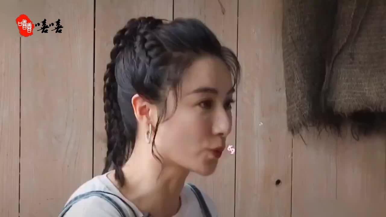 黄晓明夹在陈蓉薇娅中间,插不上话的样子像幼儿园的小朋友