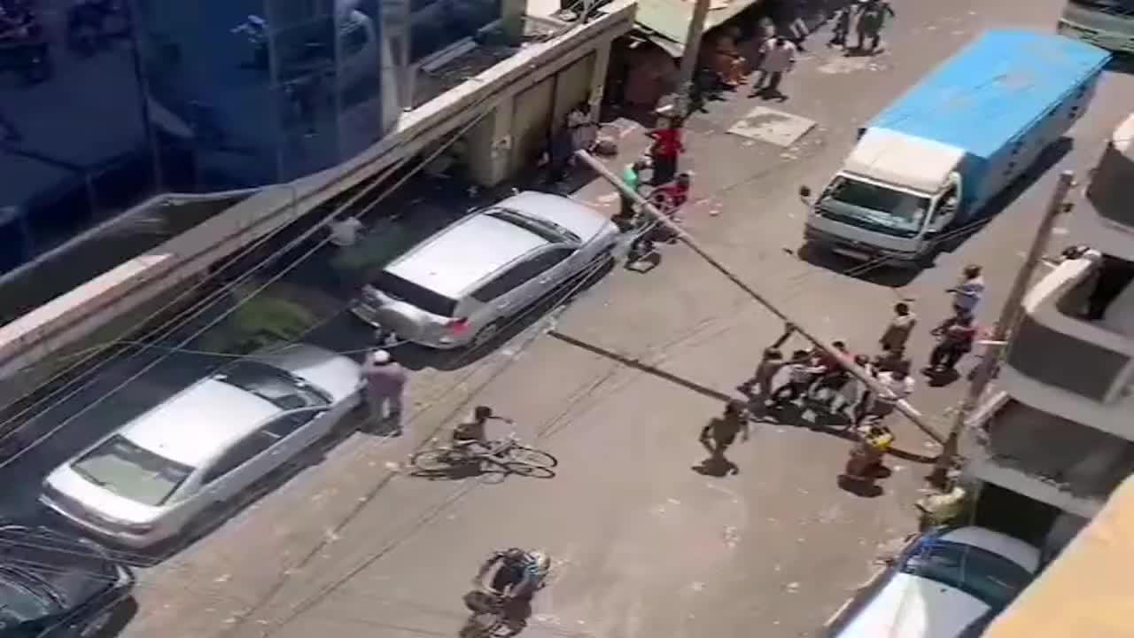 坦桑尼亚人真聪明!楼下电线杆倒了,然后就变成收费站了!