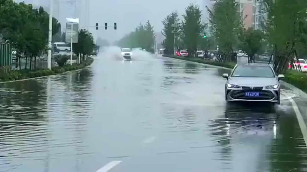 国产哈弗就是厉害,可以这样在洪水中行驶,底盘高看来是有优势的