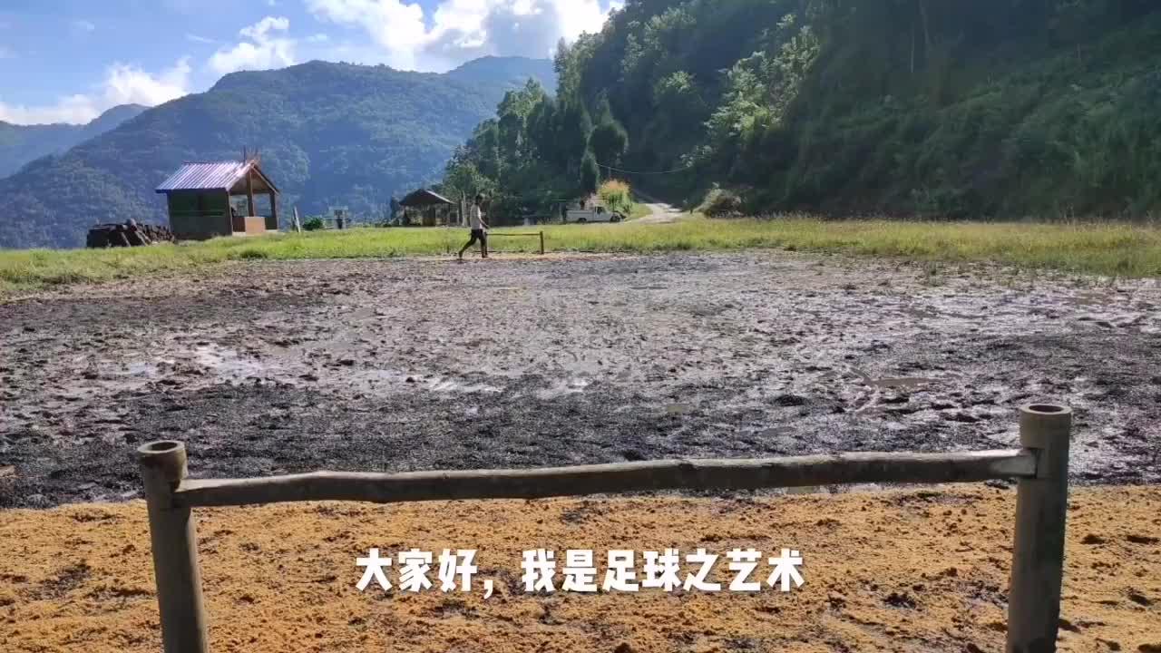 中国足球一年两负越南,越南球员:我们都是从这样的场地踢出来的
