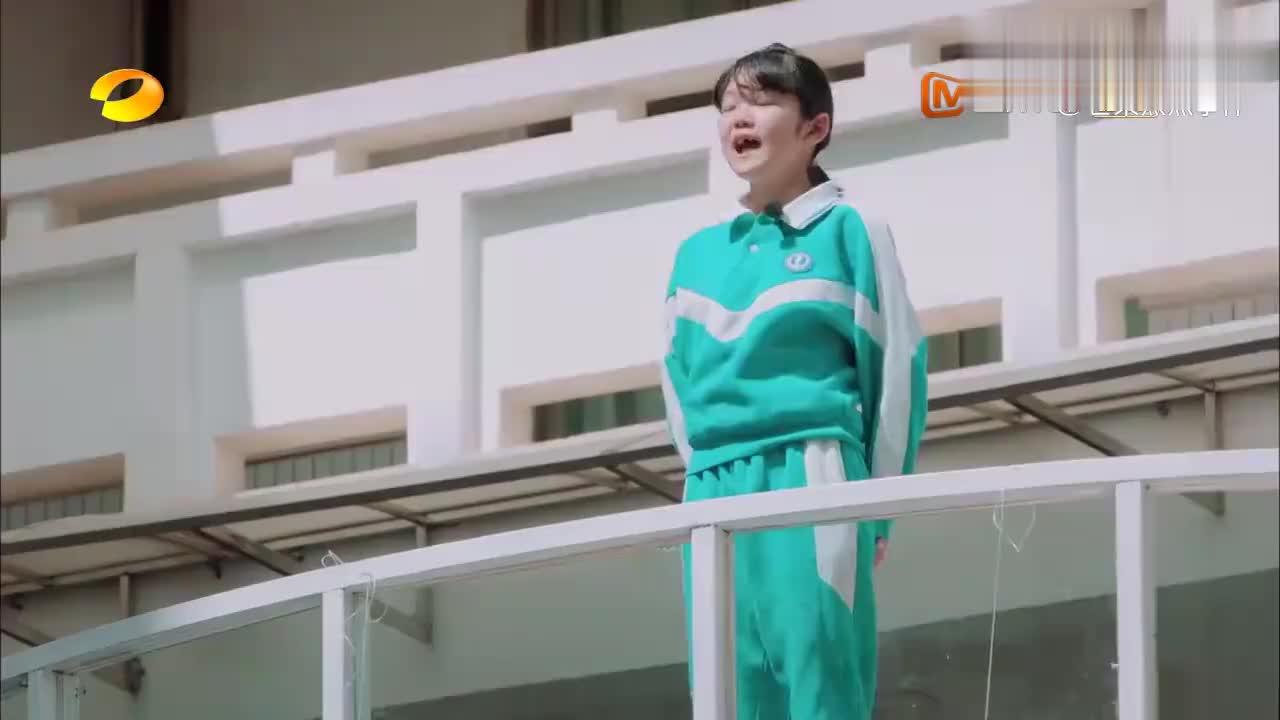 六年级女孩选择住校,让妈妈多爱自己一点,压岁钱都给老妈买衣服