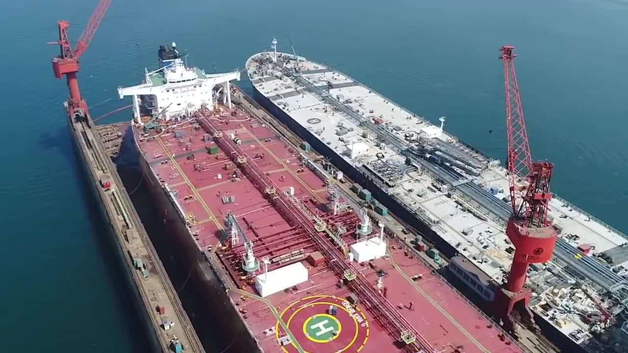 世界最大矿砂船,在青岛下水,体型比辽宁号还大,不愧是中国制造