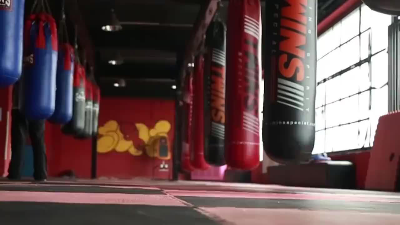 付高峰被质疑!重拳击倒1米95巨人,搏击专家:假拳