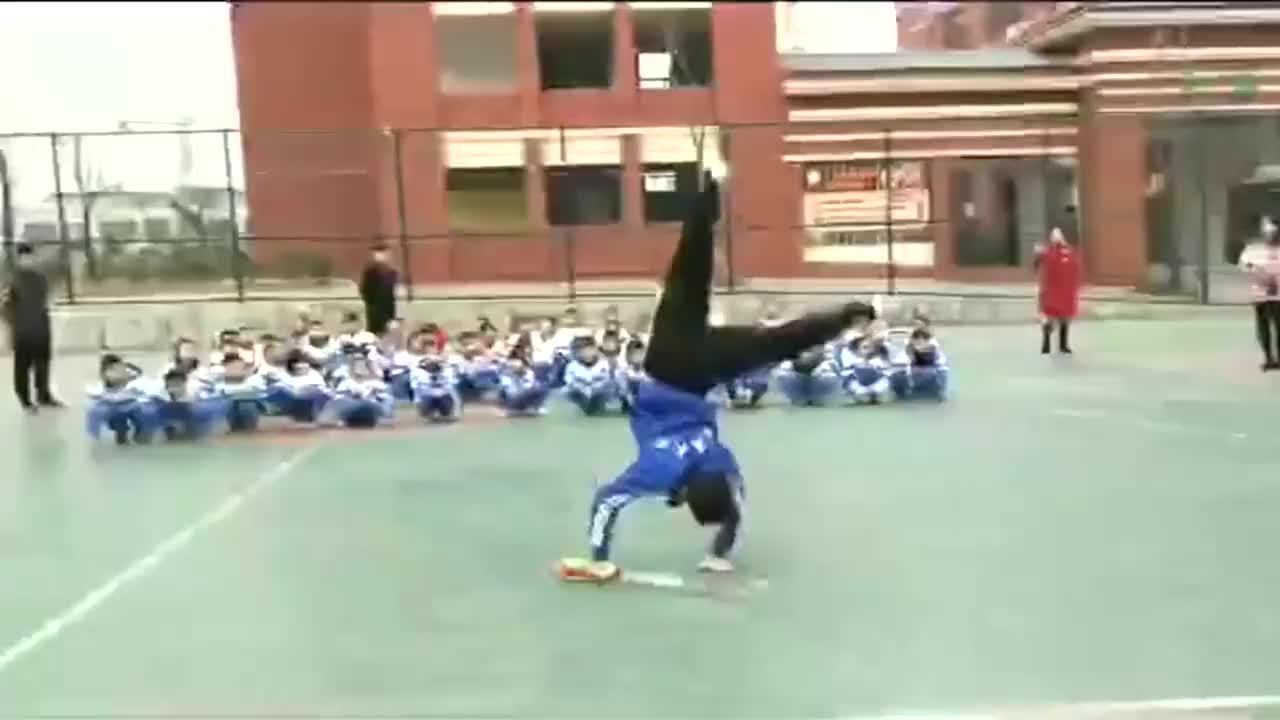 体育老师为同学展示武术让中华武术得到更好的传承