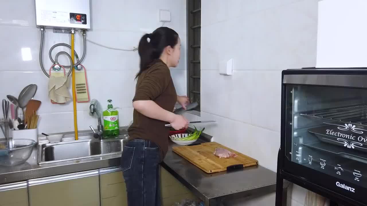 喜欢吃清汤面再试试这碗葱油面配上几块香煎鸡排汤鲜味又美