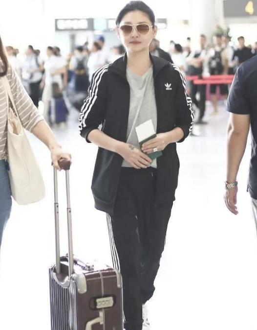 大S徐熙媛私下穿得挺随性,一身黑色运动装,打扮真没女明星包袱