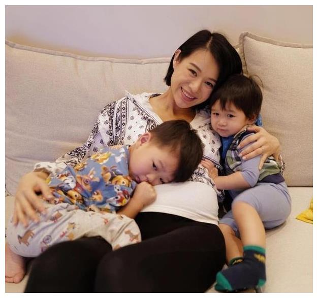 41岁胡杏儿晒三胎孕期日常,尖下巴锁骨抢镜,怀抱两个儿子超幸福