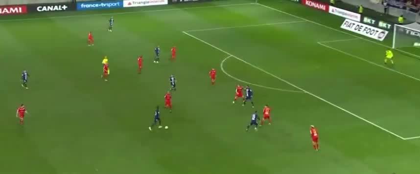 巴黎快发任意球,姆巴佩送助攻,舒波莫廷推射破门