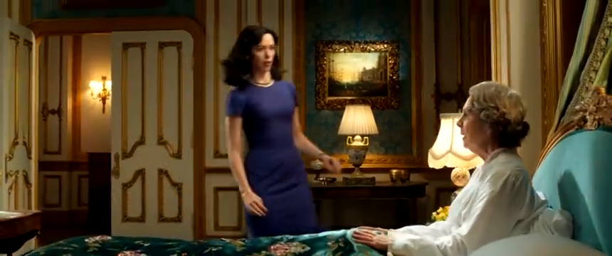 女王向玛丽叙述梦的内容,玛丽看到报纸后,竟是这反应