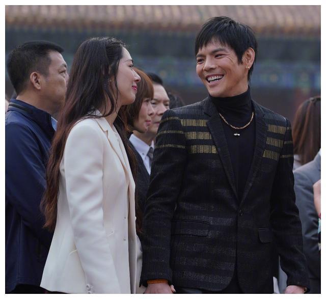 有种没地位叫郭碧婷,婚后跟向太合照,她的站位被网友们心疼!